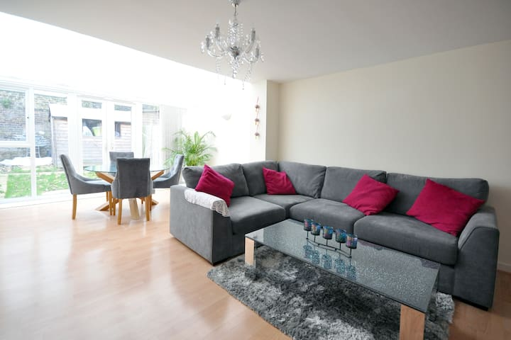 Large Family Room London - Morden - Hus