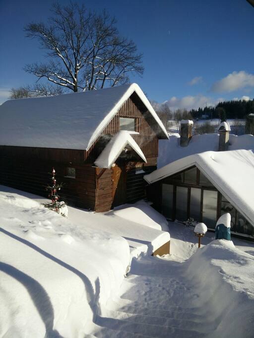 vchod z příjezdové cesty -zima