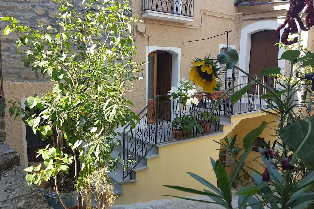 La casa nel vico houses for rent in pietrapertosa for Piani di casa con guest house annessa