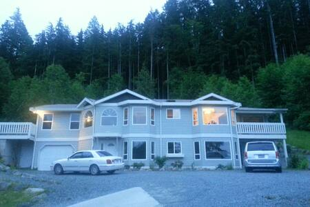 Beautiful shared upstairs rooms - Powell River - Apartment