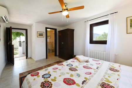 Stylish en-suite room in 200-year-old farmhouse - Órgiva - Huis
