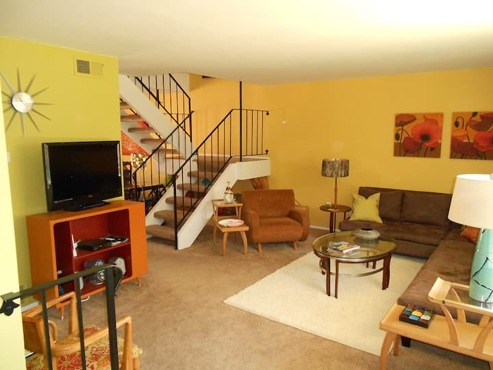 Sunny, spacious townhouse in heart of Palm Springs