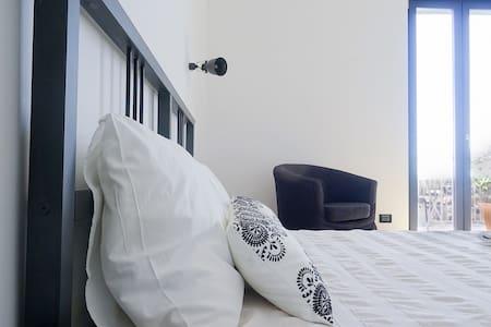 (SR) the room