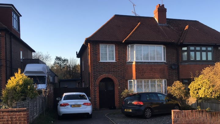 Family friendly Home *close to High St & Station*
