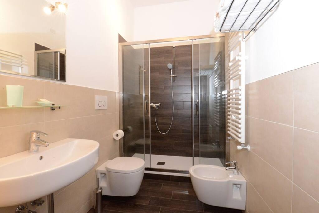 Il bagno privato della camera. Bath of the room.
