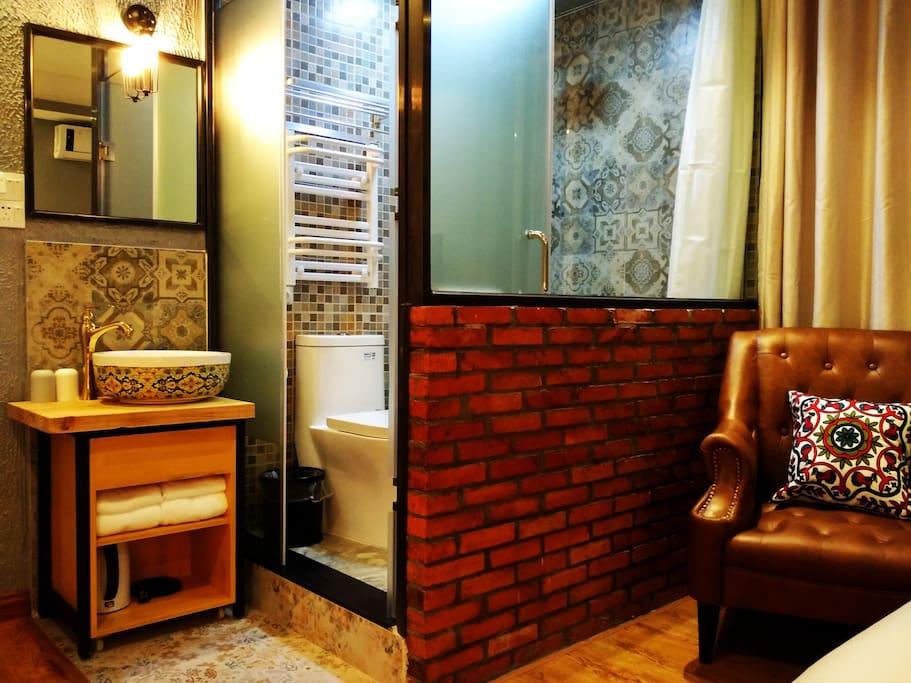"""房间号:5205房    床型:一张1.8米大床      楼层:2楼     面积:约17平方    【客栈温馨的服务、星级舒适床品、高速光纤WIFI全覆盖、静音冷暖空调、24小时无限量热水供应、干湿分离的浴室、快捷门禁系统、吹风机、保温烧水壶、浴巾、洗漱用品等配套齐全】,让您拎包即可入住。此房型在2楼,虽然不大,但该有的都有,通风采光好,非常舒适~~订好房间后,如需到店路线和旅游攻略,欢迎加WX:""""zengcuoan""""咨询,有问必答哦~~"""