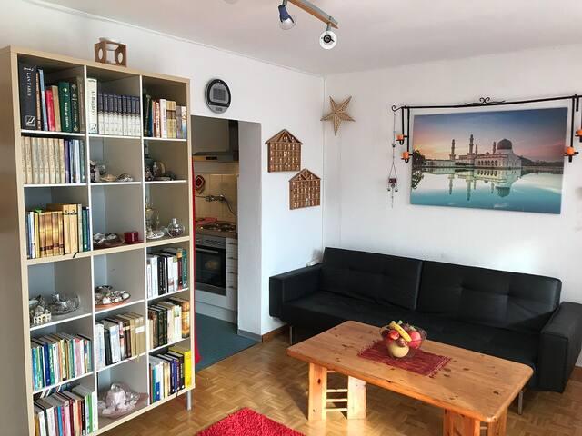 Wohnzimmer mit Blick in die angrenzende Küche