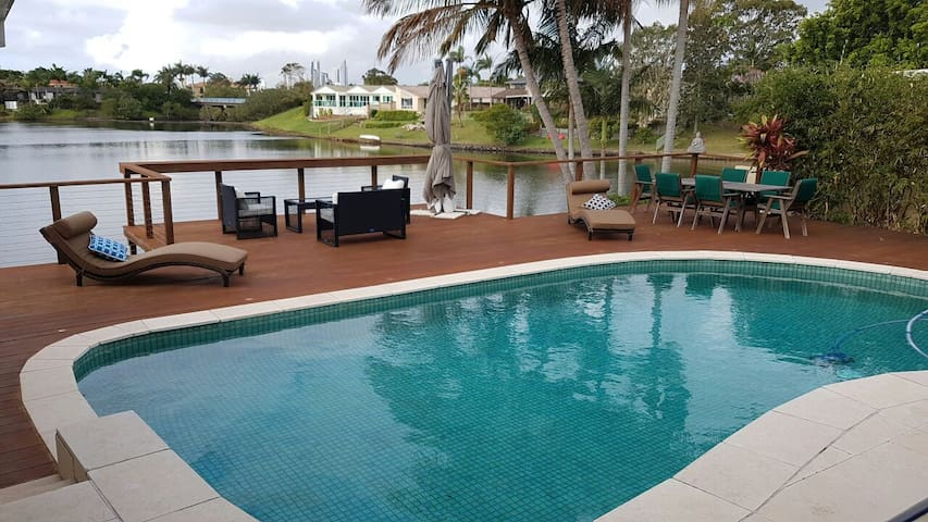 Family holiday resort home on a private lake &pool - Benowa - Huis