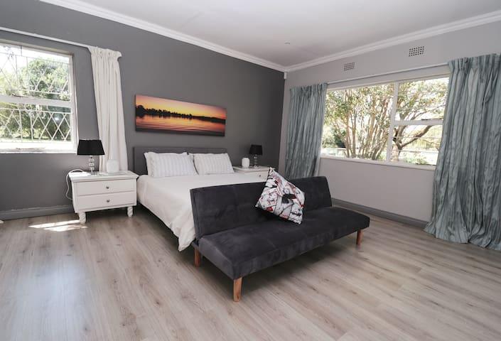 Main bedroom, built-in cupboards, sliding door onto patio, main-en-suite