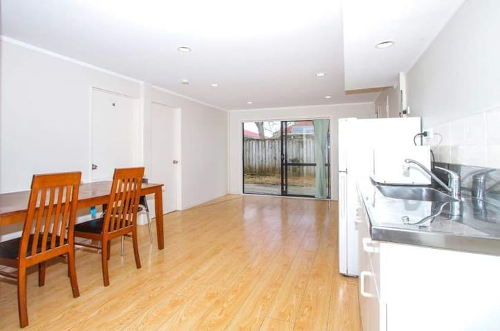 Central Auckland 2 bedroom units with living area