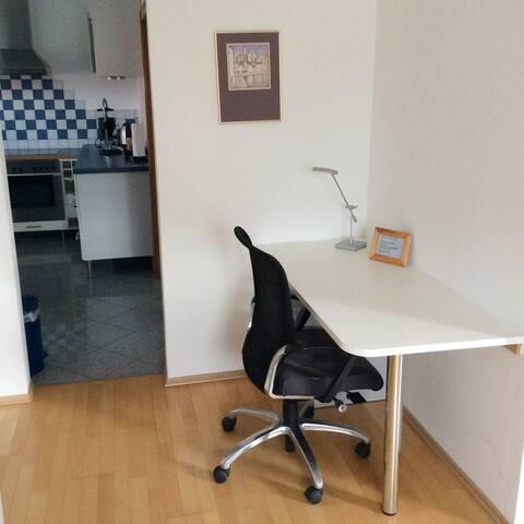 Schreibtisch mit Durchgang zur Küche