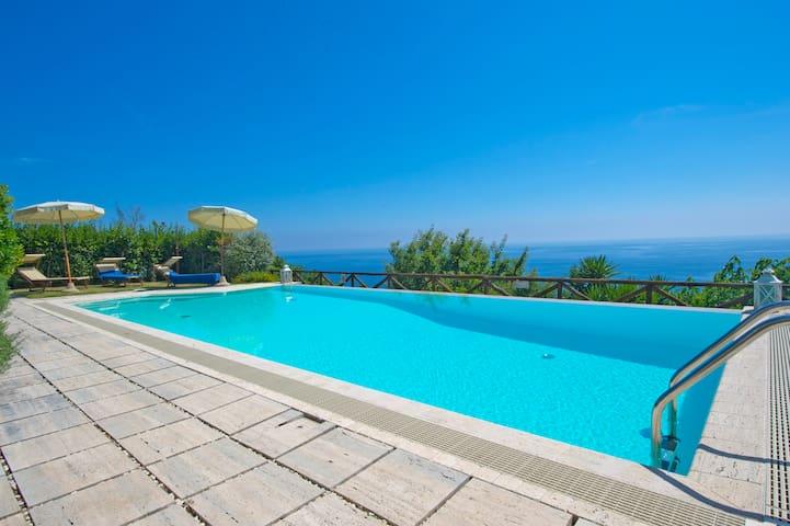 Villa pool & jacuzzi in Praiano