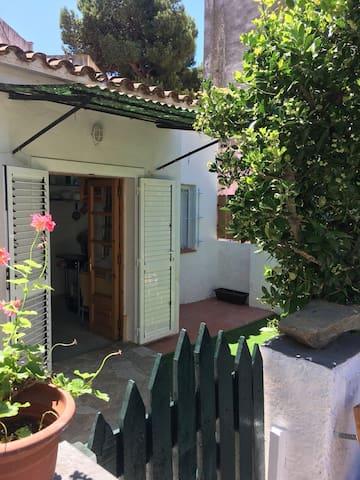 CABAÑA,con jardín, 4 calles de la playa!