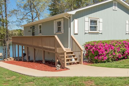 Live the lake life this fall on Hartwell!  3b/2b