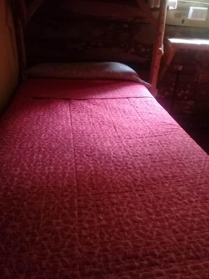 Dormitorio con cama individual.