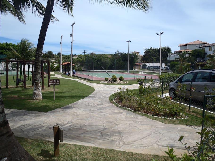 área de laser e quadra de tênis.