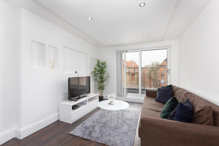 Stylish Two Bedroom Penthouse Apartment With Balcony In Central London