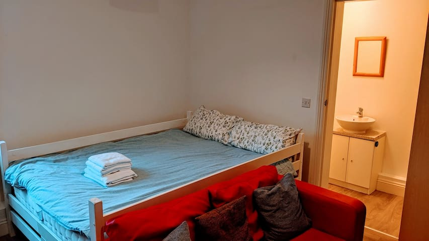 SWANAGE TOWN CENTER - CLEAN & SIMPLE STUDIO FLAT::