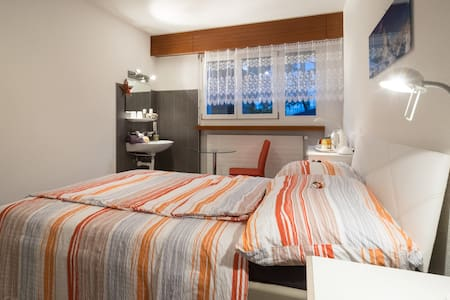 "Gästezimmer in einer Villa  "" Entre les Lacs "" - Sierre - Villa - 1"
