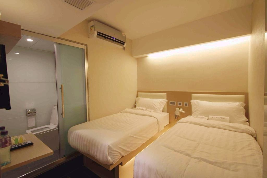 """房間內床的尺寸為3""""X6""""。 room is facilitated with a 3' x 6' bed."""