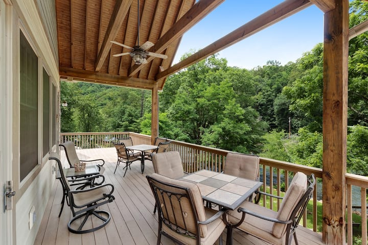 Beautiful, waterfront home w/ high ceilings, a full kitchen, & a furnished deck