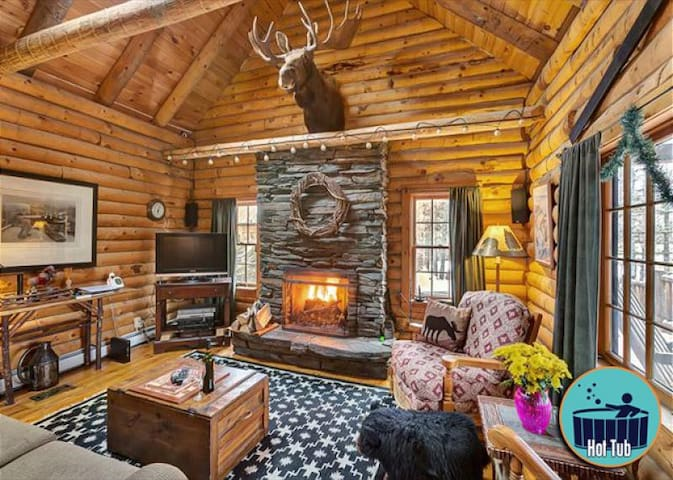 Country log cabin, private hot tub, minutes to the slopes