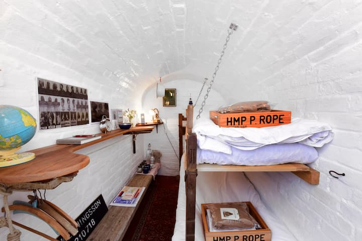 PENNY ROPE bed chamber.