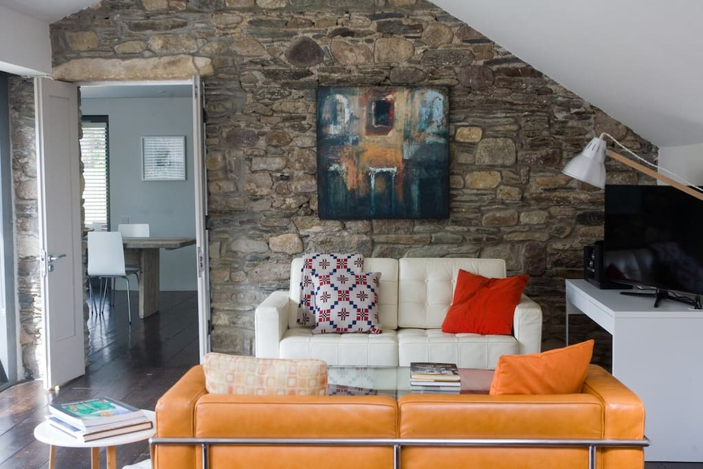 BALLILOGUE LODGE EXPOSED STONE WALL OF THE  ELEGANT CONTEMPORARY INTERIOR