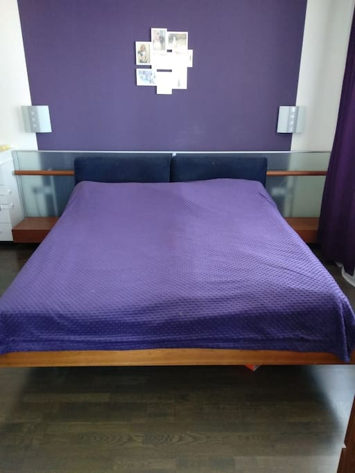 Большая двухспальная кровать в спальне 1