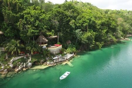 Complete Lakeside Inn, near Tikal/Flores.