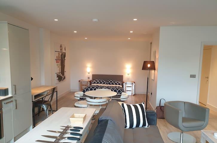 Stunning designer Bristol City Centre Studio Flat