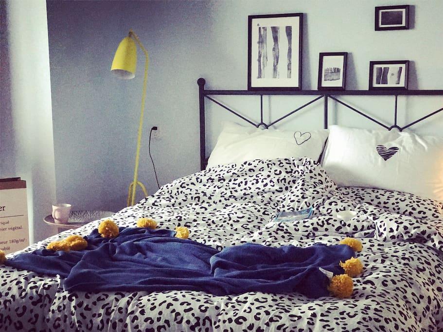 舒适温馨的双人床,日式简约纯棉床品,每一样东西都是房主精心挑选的……