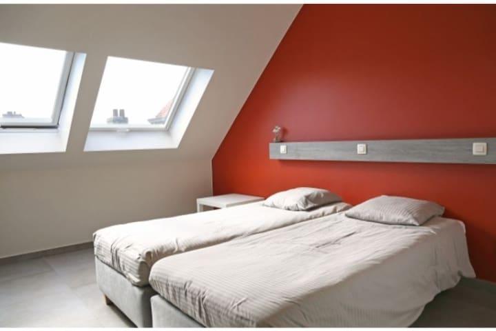 Luxe tweepersoons kamer met badkamer -WC en minibar & koffie of thee