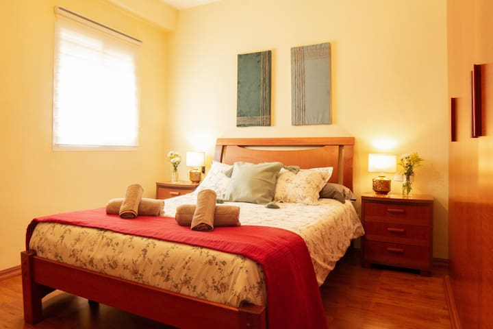 Master bedroom with a comfortable double bed (135cm), views of the city from the window and lots of space to store your personal belongings.