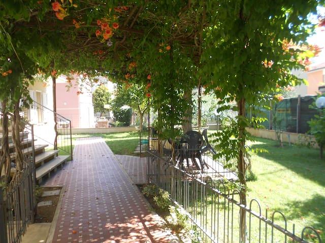 Rimini 150 mq appart. a 5 min.dalla spiaggia  55 € - Rimini - Apartment