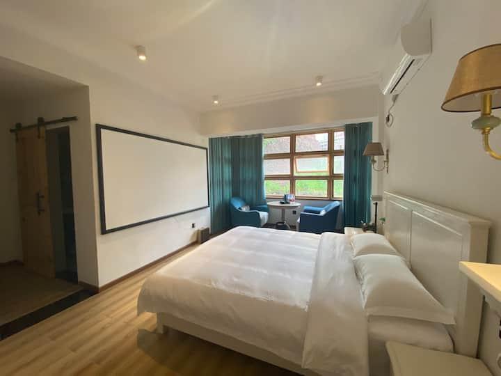 【南舍】美式套房丨投影丨两间卧室丨两张大床丨可住四人丨南湖公园丨免费停车