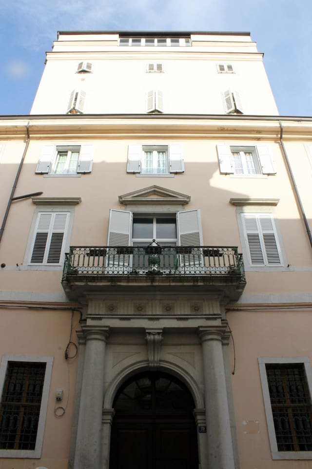 "la facciata del palazzo ""Griot"""