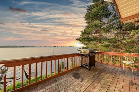 Spacious 6 BR Lakefront Cottage, View Lake