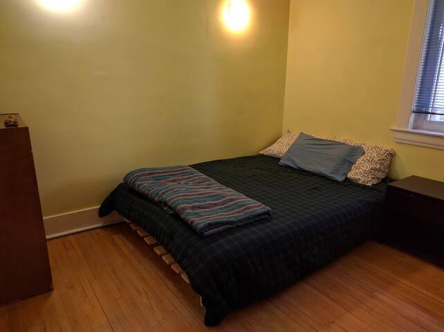 Smaller bedroom - Queen Size Bed