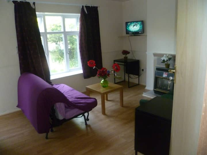 LONDON  GLOSSOP 2 BED FLAT, SLEEPS 4-8.