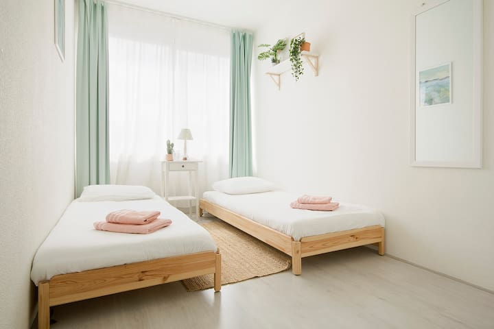 WOMEN ONLY- private twin room near the city centre