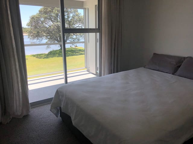 Athenree Beach House: Queen waterfront room