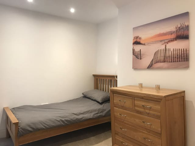 New refurb'd, well-equip'd flat in town centre (2)