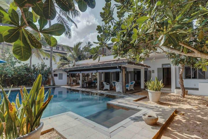 Bellini Blue - Beach-front Villa