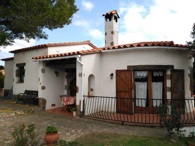 Preciosa casa con jardín a 4 km de playa. - Begur - Dom