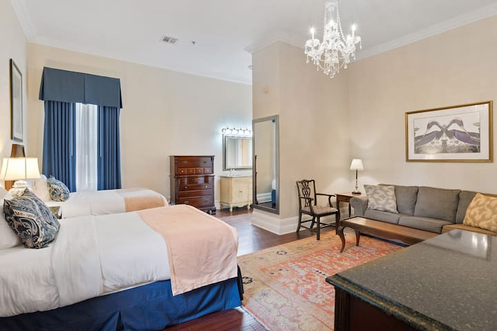 Private Hotel in French Quarter 21 rooms & 27 beds