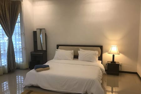 Saujana KLIA Guesthouse (FREE wifi, 4 bed, 4 bath)