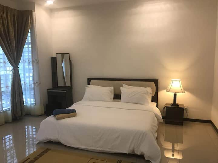 Saujana KLIA Guesthouse (FREE wifi, 4 bed, 4 bath)