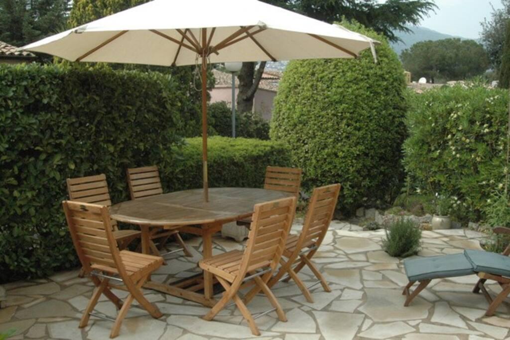 La terrasse (le parasol à changé)