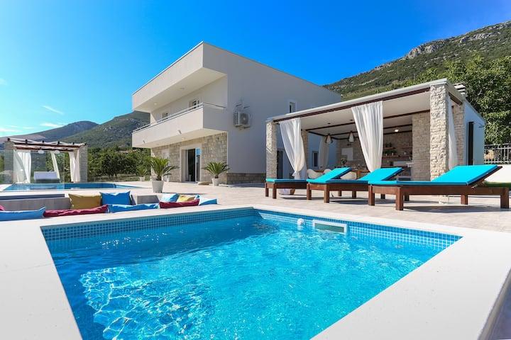 near Split&Trogir/heating pool/see view/gym